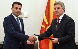 Ο προερχόμενος από το κόμμα του Γκρούεφσκι πρόεδρος της Δημοκρατίας Ιβάνοφ (δεξιά) επιχειρεί να φθείρει τη διακυβέρνηση Ζάεφ (αριστερά), ο οποίος βλέπει το κύμα των διαμαρτυρομένων που καταγγέλλουν «ξεπούλημα της Μακεδονίας» να φουσκώνει.