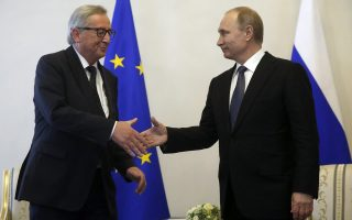 epa05369340 Russian President Vladimir Putin (R) shakes hands with the President of the European Commission Jean-Claude Juncker (L), during their meeting at Konstantinovsky palace in St. Petersburg, Russia, 16 June 2016. Jean-Claude Juncker arrived in Russia to take part at the Saint Petersburg International Economic Forum (SPIEF).  EPA/SERGEI CHIRIKOV