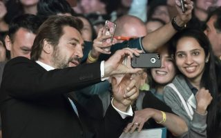 epa06201274 Spanish actor and cast member Javier Bardem (L) poses for a selfie with fans as he arrives for the screening of the movie 'Loving Pablo' during the 42nd annual Toronto International Film Festival (TIFF) in Toronto, Canada, 12 September 2017. The festival runs until 17 September.  EPA/WARREN TODA