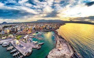 Το λιμάνι του Ηρακλείου και σε πρώτο πλάνο ο Κούλες, το θαλασσόκαστρο. (Φωτογραφία: © Shutterstock)