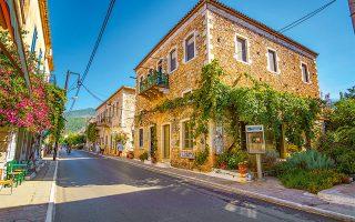 Μια βόλτα στην όμορφη Καρδαμύλη και την ολάνθιστη Μεσσηνιακή Μάνη aξίζει με το παραπάνω τέτοια εποχή. (Φωτογραφία: © Shutterstock)