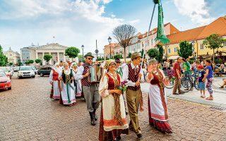 Λιθουανοί με παραδοσιακές φορεσιές στους δρόμους της πόλης. (Φωτογραφία: © Shutterstock)