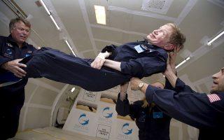 O Στ. Χόκινγκ αιωρείται σε συνθήκες μηδενικής βαρύτητας, τo 2007.