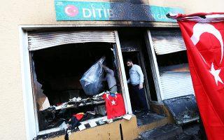 Η είσοδος του τζαμιού Κότσα Σινάν στο Βερολίνο. Το τζαμί τυλίχθηκε στις φλόγες έπειτα από εμπρηστική επίθεση, παρόμοια με αυτές που προκλήθηκαν τις τελευταίες ημέρες και σε άλλους τουρκικούς στόχους στη Γερμανία. Η Αγκυρα απέδωσε τις επιθέσεις σε Κούρδους που διαμαρτύρονται για την τουρκική επίθεση στο Αφρίν και ζήτησε προστασία από τις γερμανικές αρχές.