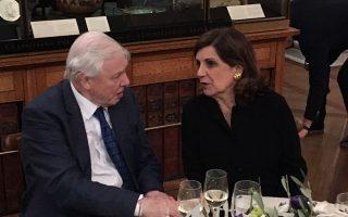 Ο θρυλικός Σερ Ντέιβιντ Ατένμπορο με την Ελληνίδα επιμελήτρια Εβίτα Αράπογλου στο τραπέζι που ακολούθησε των εγκαινίων.