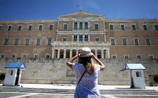Μία τουρίστρια στέκεται μπροστά στο μνημείο του Αγνώστου Στρατιώτη στο Σύνταγμα, Αθήνα, την Κυριακή 13 Αυγούστου 2017. Πλήθος τουριστών κυκλοφορούν στην άδεια από κατοίκους πόλη, καθώς μεγάλο μέρος των Αθηναίων εγκατέλειψε την πρωτεύουσα λόγω διακοπών. ΑΠΕ-ΜΠΕ/ΑΠΕ-ΜΠΕ/ΣΥΜΕΛΑ ΠΑΝΤΖΑΡΤΖΗ