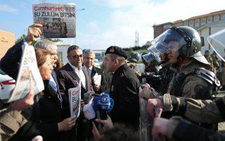 Η έκτη ακροαματική συνεδρίαση της δίκης της Cumhuriyet άρχισε αργά το πρωί στη Σηλυβρία, κοντά στην Κωνσταντινούπολη, έπειτα από μια συγκέντρωση μπροστά από το δικαστήριο που οργανώθηκε από υποστηρικτές της εφημερίδας. (EPA/ERDEM SAHIN)