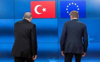 Προσπαθώντας να διατηρηθούν ανοιχτοί οι δίαυλοι επικοινωνίας με την Αγκυρα, η Ευρωπαϊκή Ενωση προχωρεί κανονικά στη σύνοδο της Βάρνας, όπου οι επικεφαλής της, Ντόναλντ Τουσκ και Ζαν-Κλοντ Γιούνκερ, θα βρεθούν στο ίδιο τραπέζι με τον Ταγίπ Ερντογάν.