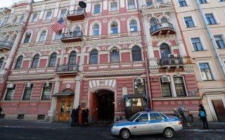 Σε απάντηση των νέων κυρώσεων των ΗΠΑ προς την Ρωσία για την υπόθεση Σκριπάλ, η Μόσχα απελαύνει 60 Αμερικανούς διπλωμάτες από την χώρα, ενώ κλείνει την πρεσβεία των ΗΠΑ στην Αγία Πετρούπολη.