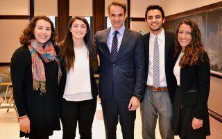 Ο Κυρ. Μητσοτάκης με Ελληνες φοιτητές στο Boston College.