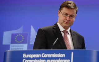 Ο αντιπρόεδρος της Κομισιόν Βάλντις Ντομπρόβσκις επισημαίνει ότι η πρόταση που θα έχει άμεση επίπτωση στην περίπτωση της Ελλάδας είναι η θέσπιση ενός πλαισίου εντός του οποίου τα κράτη-μέλη θα μπορούν να δημιουργούν εθνικές αρχές διαχείρισης κόκκινων δανείων.