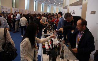 Πολλοί ξένοι ειδικοί βρέθηκαν στην έκθεση για να δοκιμάσουν τα ελληνικά κρασιά νέας εσοδείας των παραγωγών.