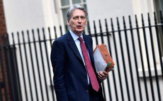 «Το χειρότερο σενάριο για τη Συμφωνία του Good Friday θα ήταν να μην υπάρξει καμία λύση μεταξύ της ΕΕ και της Βρετανίας», δήλωσε στην γερμανική FAZ, ο υπουργός Οικονομικών της Βρετανίας, Φίλιπ Χάμοντ.