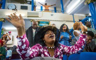 Στη live σόουλ μουσική της ψυχής οι πιστοί ιδρώνουν, τραγουδώντας όλο και πιο δυνατά την προσευχή των γκόσπελ. Φωτογραφίες: Μάρω Κουρή