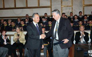 Ο πρόεδρος της Ακαδημίας Αθηνών, Αντώνιος Κουνάδης, βραβεύει τον Πασχάλη Κιτρομηλίδη.