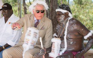 Οχι για αστείο. Η φωτογραφία είναι από την επίσημη επίσκεψη του Καρόλου στην Αυστραλία. Η αφορμή της δημοσίευσής της δεν αφορά το πόσο αστείος είναι ο πρίγκιπας με τα φτερά στο κεφάλι αλλά πόσο καταπληκτικά μοιάζει έτσι  με τον Keith Richards των Rolling Stones.  Arthur Edwards/Pool via Reuters