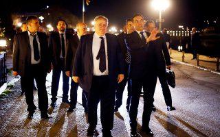 Οι υπουργοί Εξωτερικών Ελλάδας και ΠΓΔΜ, Νίκος Κοτζιάς και Νίκολα Ντιμιτρόφ, συνεχίζουν να εργάζονται για την εξεύρεση λύσης, ενώ, σύμφωνα με πληροφορίες, υπάρχει απευθείας δίαυλος επικοινωνίας μεταξύ των πρωθυπουργών των δύο χωρών.