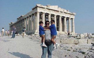 Ο Τζον Κυριάκου με τα παιδιά του στην Ακρόπολη, σε παλαιότερη επίσκεψή του.