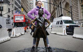 """Το όνειρο κάθε μητέρας. Να δει την κόρη της ατρόμητη σαν το άγαλμα που βρίσκεται μπροστά στο Χρηματιστήριο της Νέας Υόρκης. Το άγαλμα που έγινε εν μια νυκτί σύμβολο του φεμινισμού και  σύντομα θα μετακινηθεί έτσι ώστε να """"βλέπει"""" το κτίριο. Να την δεί ατρόμητη, γιατί ενδόμυχα ξέρει ότι στον κόσμο που θα μεγαλώσει, θα της χρειαστεί.  REUTERS/Brendan McDermid"""