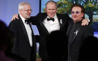 Η ζωή συνεχίζεται. Στο ινστιτούτο George W. Bush στο Ντάλας έγινε η βράβευση του τραγουδιστή των U2, Bono από τον πρώην πρόεδρο Bush που φαίνεται χαμογελαστός στην φωτογραφία μαζί με τον επιτελάρχη Joshua Bolten. Η κηδεία της μητέρας του Barbara Bush θα γίνει το Σάββατο 21 του μήνα. (AP Photo/Brandon Wade)