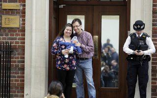 Τα πέντε λεπτά διασημότητας. Είχαν την τύχη να φέρουν στον κόσμο το μωρό τους στο ίδιο μαιευτήριο, την ίδια μέρα με την δούκισσα του Κέμπριτζ. Ετσι όταν βγήκαν, βρέθηκαν αντιμέτωποι με δεκάδες φωτογράφους που έβγαλαν και σε αυτούς μια φωτογραφία. AP Photo/Kirsty Wigglesworth)