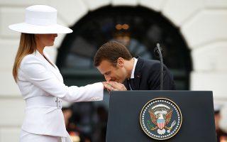 Πιστοί στις παραδόσεις. Η εντυπωσιακή Melania Trump τίμησε τον ενδυματολογικό κώδικα των Κουάκερων (φαρδιά ζώνη- καπέλο) και ο Emmanuel Macron απέδειξε ότι μόνο ένας Γάλλος ξέρει από χειροφιλήματα. Ο Γάλλος πρόεδρος με την σύζυγό του βρίσκεται στις ΗΠΑ για επίσημη επίσκεψη. REUTERS/Joshua Roberts