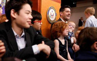 Στην δουλειά με τα παιδιά. Η αιτία της παραίτησης του Paul Ryan ήταν- σύμφωνα με τον ίδιο- για να μπορεί να βλέπει περισσότερο τα παιδιά του.  Να τον λοιπόν να φωτογραφίζεται με παιδιά των δημοσιογράφωνν που καλύπτουν τον Λευκό Οίκο την Ημέρα με τα Παιδιά στην Δουλειά. Οχι μόνο για να χαρούν οι περήφανοι γονείς αλλά να καταλάβουν και αυτά που εξαφανίζονται κάθε μέρα οι μανάδες και οι πατεράδες τους. REUTERS/Aaron P. Bernstein
