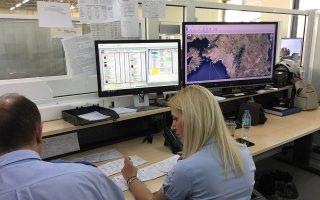 Ασυρματιστές στο επιχειρησιακό κέντρο του ΕΚΑΒ. Οι οθόνες για την τηλεματική παρακολούθηση των ασθενοφόρων έχουν ήδη εγκατασταθεί, ενώ έως τα τέλη Ιουνίου οι χειρόγραφες καρτέλες των περιστατικών θα αποτελέσουν παρελθόν, αφού το νέο σύστημα –δωρεά του Ιδρύματος Σταύρος Νιάρχος– θα λειτουργεί πλήρως.