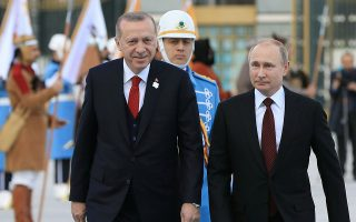 Ο Τούρκος πρόεδρος Ταγίπ Ερντογάν υποδέχεται τον Ρώσο ομόλογό του Βλαντιμίρ Πούτιν στην Αγκυρα. Η επισημοποίηση της αγοράς ρωσικών πυραύλων S-400 από την Τουρκία προκάλεσε την αντίδραση της Ουάσιγκτον.