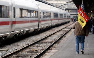 Η δημόσια εταιρεία σιδηροδρόμων (SNCF) ανακοίνωσε ότι η συμμετοχή στην απεργία της «Μαύρης Τρίτης» έφθασε το 34%, ενώ την Τετάρτη έπεσε στο 30%. Ηταν η πρώτη από τις πέντε κινητοποιήσεις που θα γίνουν εντός τριών μηνών.