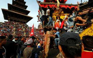 Τροχήλατος ναός. Το φεστιβάλ Biska γιορτάζουν εκατοντάδες κόσμου στο Bhaktapur του Νεπάλ. Η άμαξα- ναός του θεού Bhairab κινείται στους δρόμους της πόλης με την βοήθεια δεκάδων πιστών που την σέρνουν με σχοινιά. REUTERS/Navesh Chitrakar