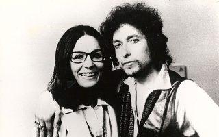 """H Nάνα Μούσχουρη με τον Μπομπ Ντίλαν. «Το τραγούδι """"Forever young"""" με παρέσυρε να ηχογραφήσω τον 134ο δίσκο μου», λέει."""