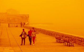 Η πόλη του Ηρακλείου αντιμετώπισε μεγάλο πρόβλημα από την αφρικανική σκόνη στα τέλη του περασμένου μήνα.
