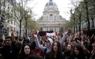 Φοιτητές διαμαρτύρονται κατά των μεταρρυθμίσεων του Μακρόν μπροστά από τη Σορβόννη στο Παρίσι.