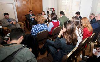 Ο Κυρ. Μητσοτάκης επανέφερε το ζήτημα της κυβερνητικής διγλωσσίας στην εφ' όλης της ύλης συνέντευξη που παραχώρησε χθες στους ανταποκριτές του ξένου Τύπου στην Αθήνα.