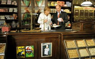 Ο Καρλ Εριβαν Χάουμπ, της εταιρείας λιανεμπορίου Tengelmann, με την Αγκελα Μέρκελ στο Μουλχάιμ της Γερμανίας. Οι συντηρητικοί της καγκελαρίου «αδειάζουν» τον Γάλλο πρόεδρο Μακρόν για τις προτάσεις του.