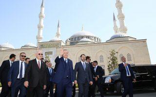 Ο Τούρκος πρόεδρος Ταγίπ Ερντογάν αναχωρεί από το τζαμί μετά τις προσευχές της Παρασκευής στην Κωνσταντινούπολη.