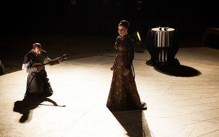 Το στροβίλισμα της βασίλισσας Ατοσσας –η Καρυοφυλλιά Καραμπέτη στον ρόλο– στην επίκληση από την ίδια και τον Χορό του φαντάσματος του Δαρείου.