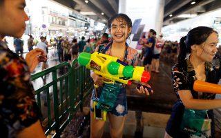Παιχνίδια με το νερό κατά τη διάρκεια του φεστιβάλ που σηματοδοτεί την Πρωτοχρονιά στην Ταϊλάνδη. Το Σόνγκραν γιορτάζεται επί τρεις ημέρες.