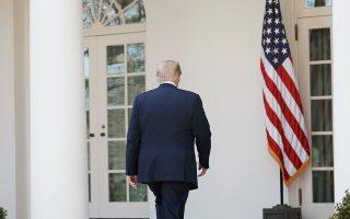 Ο Αμερικανός πρόεδρος Ντόναλντ Τραμπ αναχωρεί μετά τις ανακοινώσεις στους δημοσιογράφους για τη φορολογική του πολιτική, στον Κήπο των Ρόδων, στον Λευκό Οίκο.
