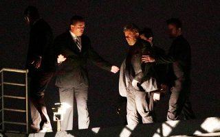 Ο πρώην πρόεδρος Λουίς Ινάσιο Λούλα ντα Σίλβα παραδίδεται στις αρχές στις 7 Απριλίου στην πόλη Κουριτίμπα.