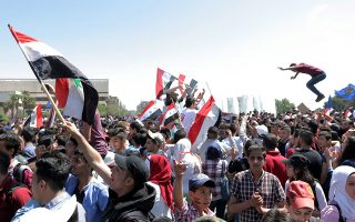 Πολίτες της Δαμασκού έχουν συγκεντρωθεί στην πλατεία Ομεϊαδών για να εκφράσουν την υποστήριξή τους στον Μπασάρ Ασαντ.