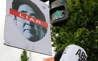 Ιάπωνας διαδηλωτής μπροστά στο κτίριο της Βουλής στο Τόκιο, το Σάββατο.