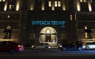 Φωτεινά συνθήματα πρόβαλαν ακτιβιστές στην πρόσοψη του ξενοδοχείου «Τραμπ» στην Ουάσιγκτον.
