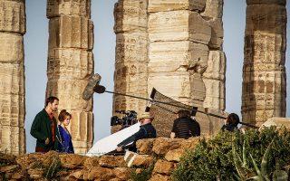 Ο Αλεξάντερ Σκάρσγκαρντ και η Φλόρενς Πιου, συμπρωταγωνιστές στη σειρά  «Η Μικρή Τυμπανίστρια», σκηνές τις οποίας γυρίστηκαν στο Σούνιο, απασχόλησαν τα βρετανικά ταμπλόιντ με τις ρομαντικές σκηνές που μοιράστηκαν στον ναό του Ποσειδώνα.© Eurokinissi/Γιώργος Κονταρίνης