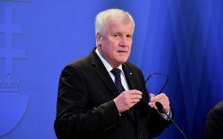 Ο Γερμανός υπουργός Εσωτερικών Χορστ Ζεεχόφερ δήλωσε πως η συμφωνία θα κοστίσει στο γερμανικό Δημόσιο επιπλέον 2,2 δισ. ευρώ τον χρόνο, ενώ θα καταστήσει ελκυστικότερη την καριέρα στον δημόσιο τομέα.