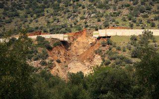 Ο κεντρικός αγωγός υδροδότησης της Αθήνας από τον Μόρνο είχε υποστεί ζημιά σχετικά μικρής έκτασης στην περιοχή Σαράντη της Βοιωτίας, το 2011.