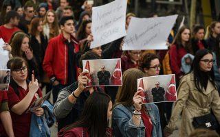 Μαθητές στο Mehmet Akif College του Κοσόβου διαμαρτύρονται για τη σύλληψη των καθηγητών τους. «Η Τουρκία μπορεί να θέσει σε κίνδυνο τον δυτικό προσανατολισμό των Αλβανών», ανέφερε η εφημερίδα των Τιράνων Tema.