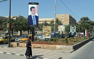 Ρώσοι και Σύροι στρατιώτες επιβλέπουν την εκκένωση της πόλης Ντιμέρ, βορειοανατολικά της Δαμασκού, από ισλαμιστές αντάρτες και τις οικογένειές τους.