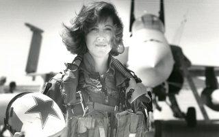 Η ηρωική πιλότος Τάμι Τζο Σουλτς κατάφερε να προσγειώσει το αεροσκάφος που είχε υποστεί αυτόματη αποσυμπίεση λόγω έκρηξης στον κινητήρα.